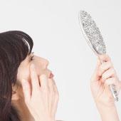 シミやくすみを気にする更年期の女性