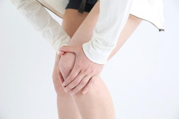 膝の関節が痛む更年期の女性