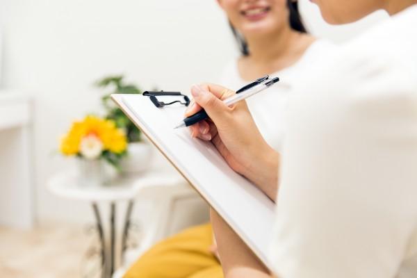 婦人科の医師と話す女性