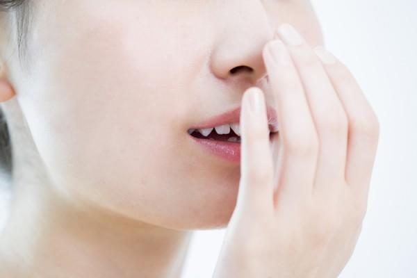 口の渇きや口臭が気になる更年期の女性