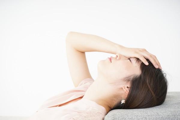 倦怠感を感じている更年期の女性