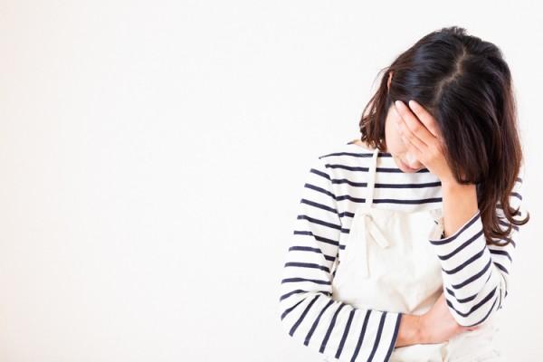 頭痛を感じる更年期の女性