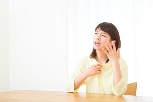ホットフラッシュの症状が出ている更年期の女性