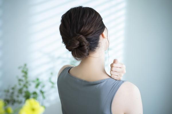 肩こりが気になる更年期の女性
