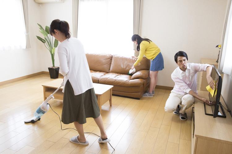 掃除をする家族