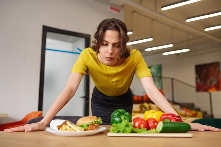 食事のことで悩む女性
