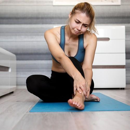 足がむくむ女性