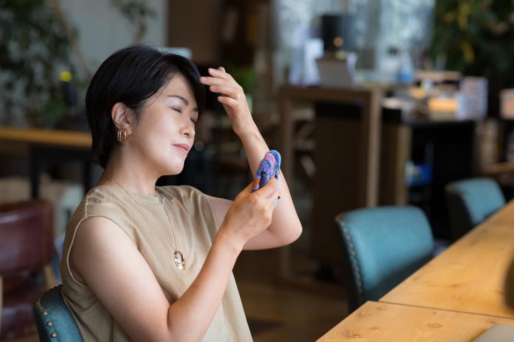 汗をかいた更年期の女性