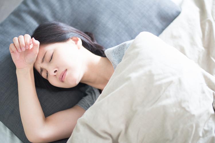 寝苦しさを感じる女性